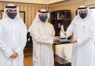 وزير الإعلام يتسلم جائزة سمو الشيخ عيسى بن علي آل خليفة للعمل التطوعي