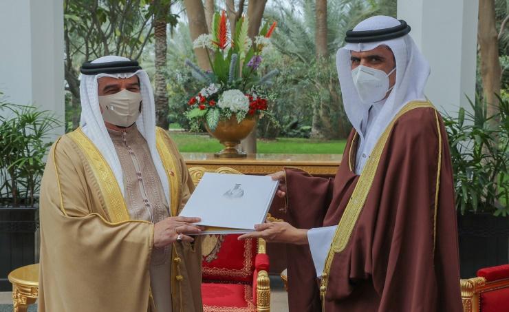 جلالة الملك المفدى يستقبل وزير شؤون الإعلام.. ويشيد بما يحتويه كتاب هذه البحرين من معلومات مهمة
