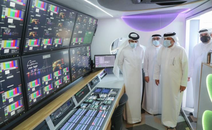 وزارة الإعلام تدشن عربتين جديتين للنقل الخارجي بمواصفات وتقنيات عالية
